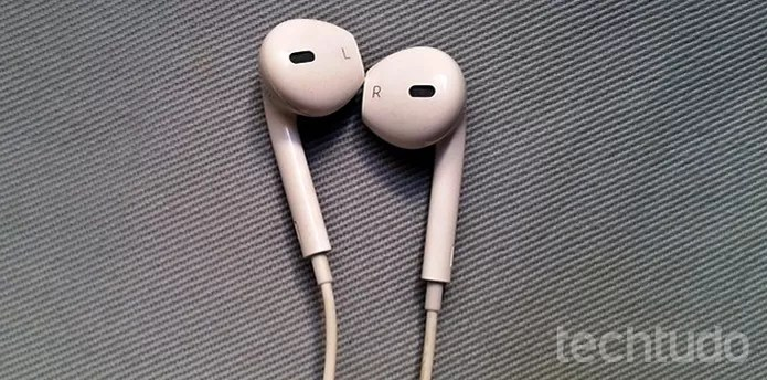 Use o fone de ouvido com os lados corretos de direita e esquerda (Foto: Barbara Mannara/TechTudo)