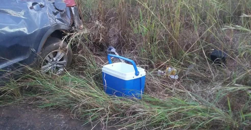 Bebidas foram encontradas pela polícia dentro e fora do veículo (Foto: Divulgação)