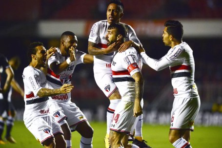 Pratto celebra o gol marcado na vitória sobre o Vasco (Foto: Marcos Ribolli)