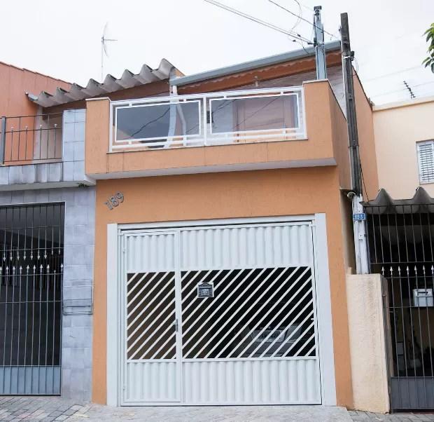 A FACHADA A casa onde funciona a sede da empresa de Pires, em São Paulo. Ouvido pela reportagem, ele não se lembrava do bairro onde o imóvel ficava (Foto: Rogério Cassimiro/Época)