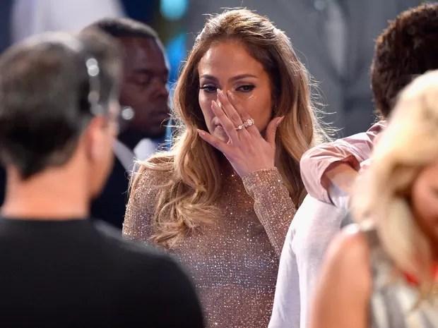 Jennifer Lopez, glamurosa, chora e recebe o carinho dos filhos na TV