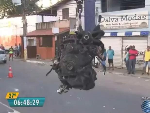 Motor do veículo foi retirado na manhã de quinta-feira (24) (Foto: Reprodução / TV Bahia)