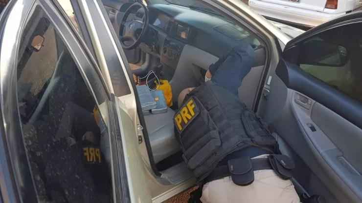 Polícia precisou desmontar o painel do táxi para encontrar a droga escondida (Foto: Divulgação/Polícia Rodoviária Federal no Acre (PRF-AC))