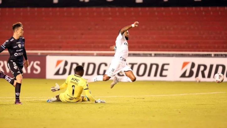 Luiz Adriano sofre pênalti em Independiente del Valle x Palmeiras