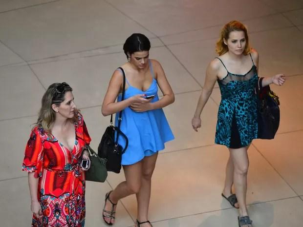 Bruna Marquezine e Letícia Colin em shopping na Zona Oeste do Rio (Foto: William Oda/ Ag. News)