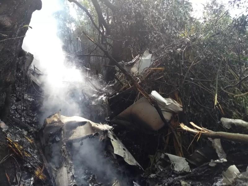 Bombeiros chegaram até o local e encontraram o avião em chamas — Foto: Alex Pacheco/ Atual FM