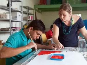 Aluno da Fundação Síndrome de Down de Campinas na aula de artes (Foto: Ricardo Lima/Divulgação)