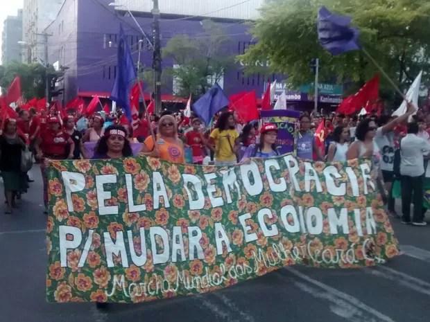 Protesto em Fortaleza chega à Praça da Sé, após caminhada pelas ruas do Centro de Fortaleza (Foto: Elias Bruno/G1)