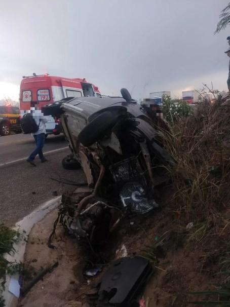 Carro após capotar na BR-232 — Foto: Polícia Rodoviária Federal/Divulgação