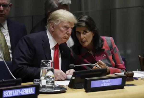 Trump fala com a emibaixadora dos EUa na ONU, Nikki Haley, em imagem de arquivo — Foto: AP/Evan Vucci