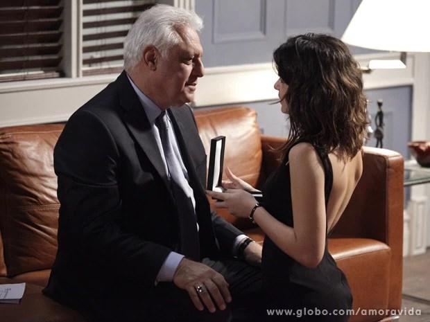 César diz que Aline tocou ele (Foto: Amor à Vida / TV Globo)
