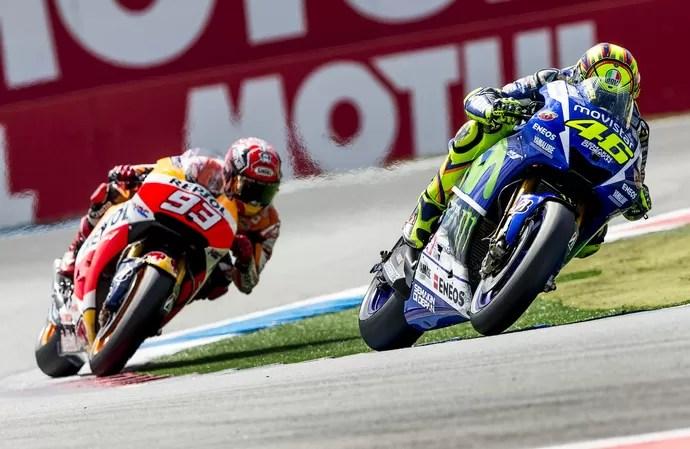 Valentino Rossi e Marc Márquez travaram um intenso duelo nas últimas voltas da etapa holandesa (Foto: Reuters)