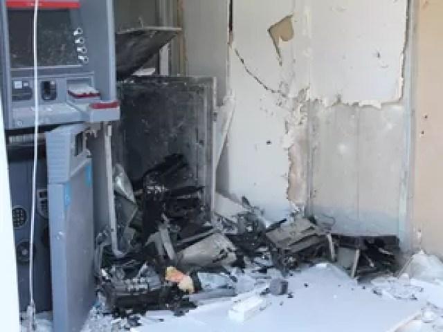 Algumas cédulas ficaram queimadas no chão (Foto: Amanda Franco/ G1)