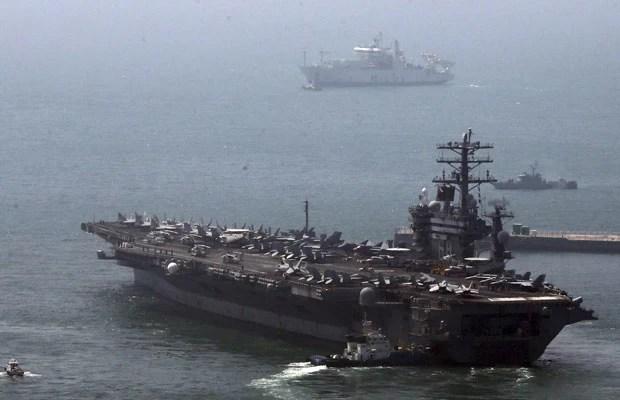 Porta-aviões nuclear americano USS Nimitz deixa o porto para participar dos exercícios navais, em Busan, cerca de 420 km de Seoul (Foto: Reuters)