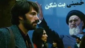 """1979. O Irã está em ebulição com a chegada ao poder do aiatolá Khomeini. Como o antigo Xá ganhou asilo político nos EUA, que haviam apoiado seu governo de opressão ao povo iraniano, há nas ruas de Teerã diversos protestos contra os americanos. Um deles acontece em frente à embaixada do país, que acaba invadida. Seis diplomatas americanos conseguem escapar do local pouco antes da invasão, indo se refugiar na casa do embaixador canadense. Lá eles vivem durante meses, sob sigilo absoluto, enquanto a CIA busca um meio de retirá-los do país em segurança. A melhor opção é apresentada por Tony Mendez, um especialista  que sugere que uma produção de Hollywood seja utilizada como fachada para a operação. Aproveitando o sucesso de filmes como """"Guerra nas Estrelas"""" e """"A Batalha do Planeta dos Macacos"""", a ideia é criar um filme falso, a ficção científica Argo, que usaria as paisagens desérticas do Irã como locação. O projeto segue adiante com a ajuda do produtor Lester Siegel e do maquiador John Chambers, que conhecem bem como funciona Hollywood."""