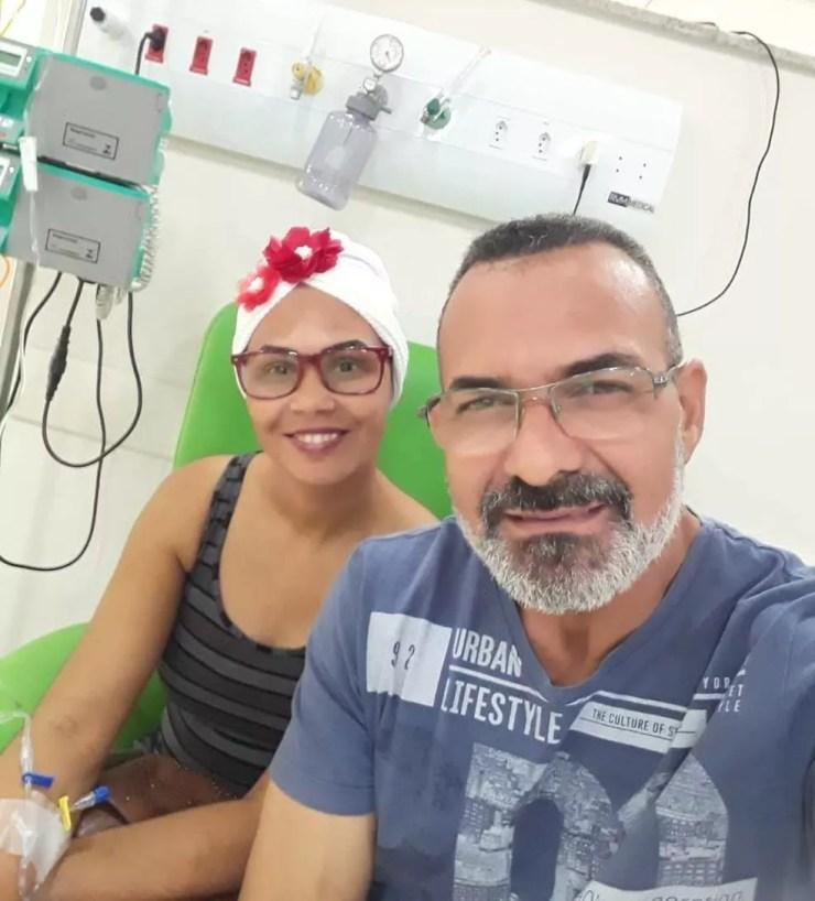 Lucilene e o namorado. Ela descobriu que estava com câncer de mama há três anos.  — Foto: Arquivo pessoal