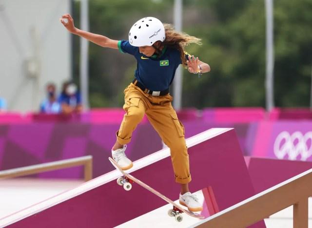 Rayssa Leal faz uma manobra na final — Foto: Ezra Shaw/Getty Images