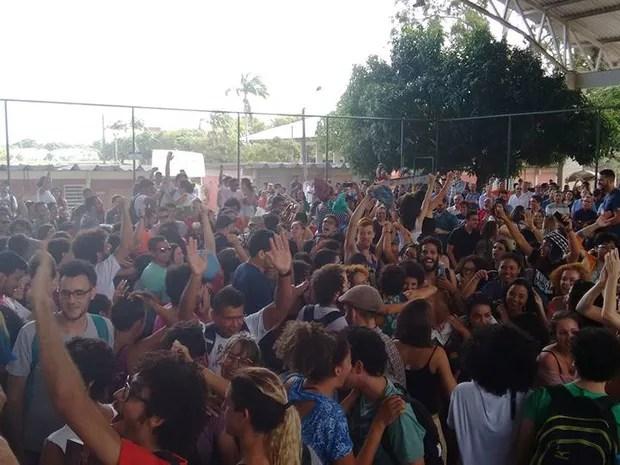 Assembleia dos professores da UFPE aconteceu no campus Recife, nesta quinta-feira (10) (Foto: Assessoria/Adufepe)
