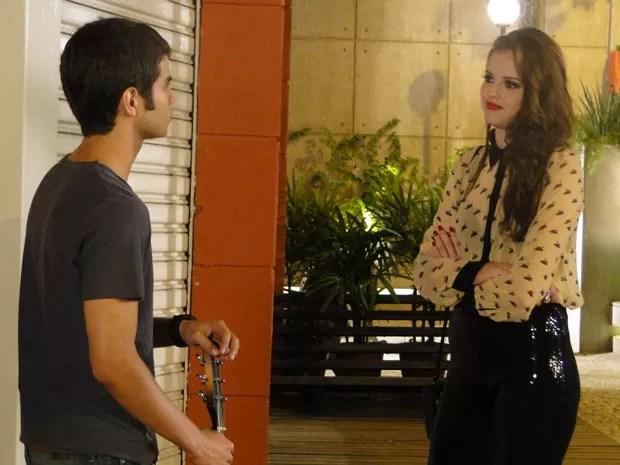 Depois do susto, Ju conta a Gil sobre a enrascada em que se meteu. (Foto: Malhação / Tv Globo)