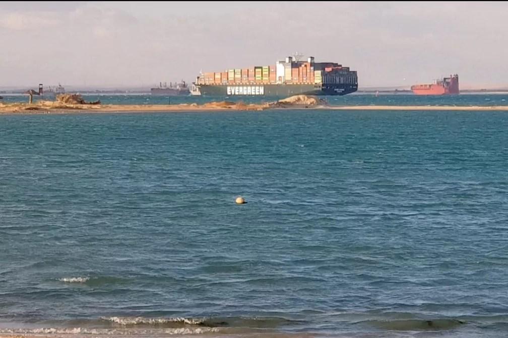O Ever Given, um dos maiores navios de contêiner do mundo, flutua em baía do Canal de Suez após ser desencalhado e deixar de obstruir a passagem pela hidrovia — Foto: Hayam Adel/Reuters