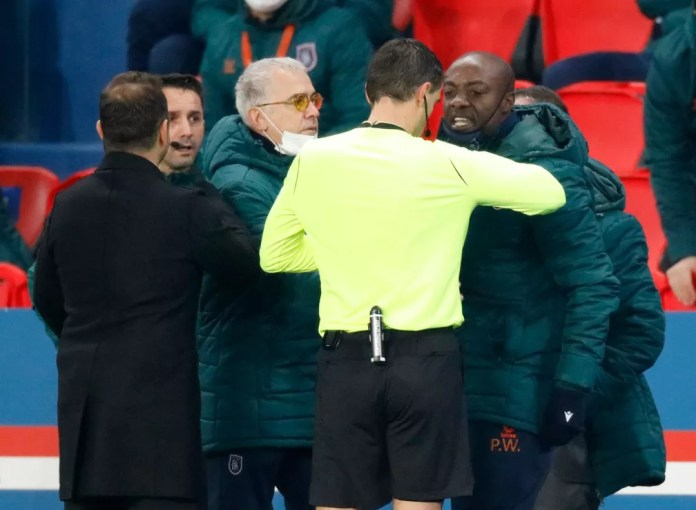 """Camaronês Pierre Webó discute com quarto árbitro Sebastian Coltescu e ouve do romeno: """"Vai embora, preto"""" — Foto: Reuters"""