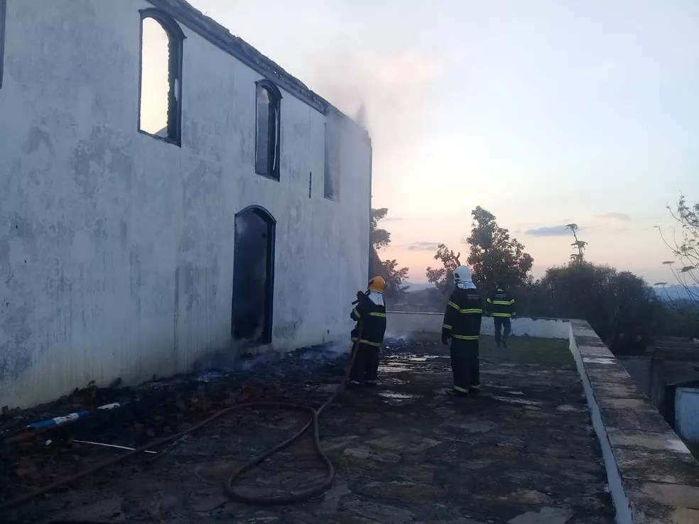 Bombeiros atuam no rescaldo do incêndio na Capela de Santa Rita, em Diamantina. — Foto: Divulgação/Corpo de Bombeiros