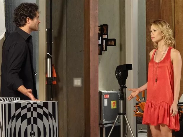Juliana vai ao estúdio de Fábio conversar sobre situação com Manoela (Foto: Guerra dos Sexos/TV Globo)
