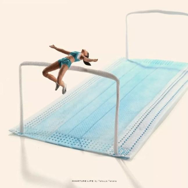 Salto em atura: uma das criações do artista plástico miniaturista Tatsuya Tanaka relacionando as Olimpíadas de Tóquio à Covid-19 — Foto: Reprodução Instagram Tatsuya Tanaka