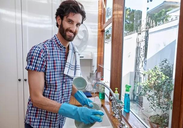 Resultado de imagem para casal jovem e feliz no serviço doméstico