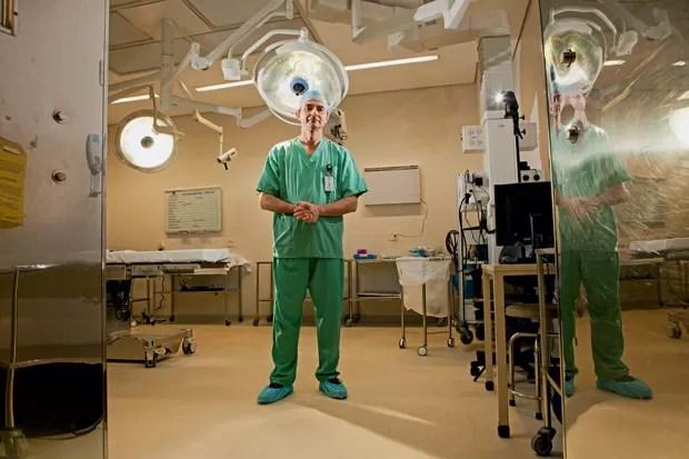 """A CULTURA DO CHECKLIST Miguel Cendoroglo Neto, superintendente do Hospital Albert Einstein, em São Paulo. Um checklist parecido com o dos pilotos de avião reduz o risco de erros.""""Foi difícil mudar a cultura dos médicos, mas hoje eles gostam"""" (Foto: Marcelo Min/Fotogarrafa/ÉPOCA)"""