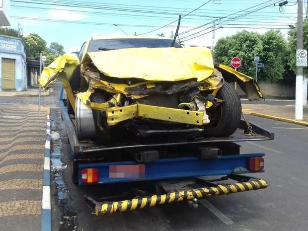 Carro de luxo ficou destruído após o acidente (Foto: Reprodução/TV Tem)