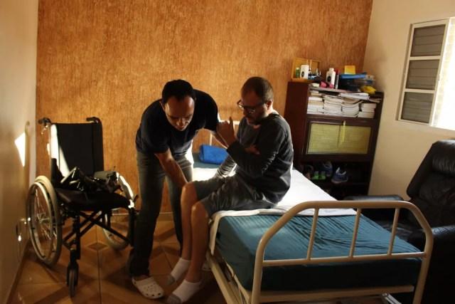 Biólogo precisou de cuidador para tarefas simples do dia a dia (Foto: Camila Forti/G1)