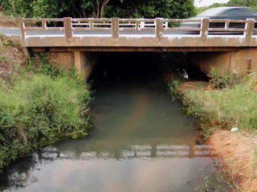 Turbidez da água do Rio Pitimbu, responsável pelo abastecimento de 30% das zonas Leste, Sul e Oeste de Natal (Foto: Ricardo Araújo/G1)