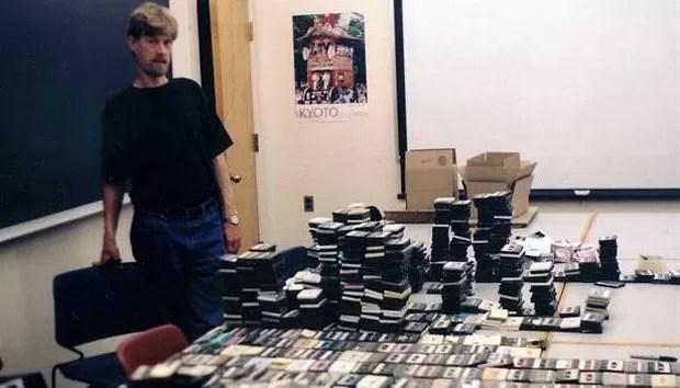 Flagg Miller com as fitas da Al-Qaeda, sobre as quais lançou um livro 10 anos depois (Foto: Flagg Miller/BBC)