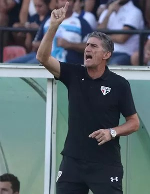 Edgardo Bauza orienta jogadores do São Paulo (Foto: Rubens Chiri / saopaulofc.net )
