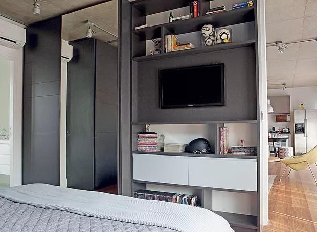No projeto da arquiteta Andrea Reis, o armário se desdobra no móvel da TV, que funciona também como estante. Apostar em soluções multiuso é fundamental para apartamentos pequenos, como este, de 70 m² (Foto: Otavio Dias/Casa e Jardim )