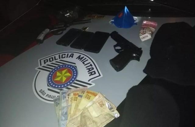 Armas, dinheiro e munições foram apreendidas pela Polícia Militar em Porto Feliz  (Foto: Polícia Militar/Divulgação)