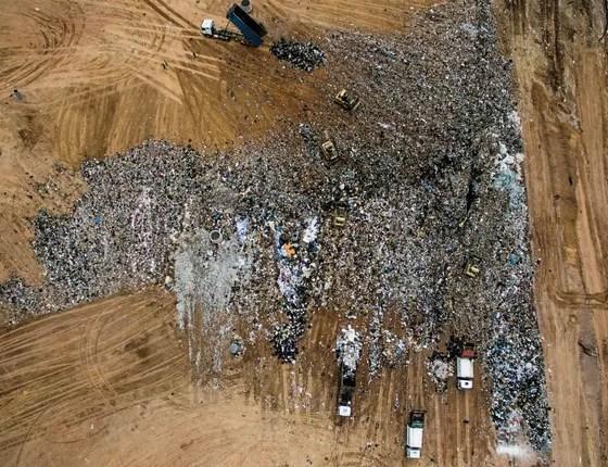 São Paulo, Brasil Aterro sanitário na Grande São Paulo. A capital é um dos poucos municípios onde o catador de lixo é uma profissão oficialmente reconhecida. Os trabalhadores são organizados em cooperativas e coletam principalmente plásticos, metais e pap (Foto: Kadir van Lohuizen / NOOR)