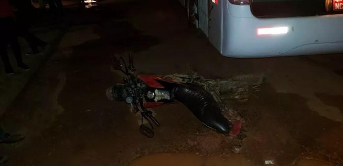 Passageira de moto teve ferimentos nos pés e foi levada ao hospital — Foto: Reprodução/PM