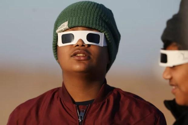 Crianças acompanham eclipse solar anular em Abu Dhabi — Foto:  REUTERS/Christopher Pike