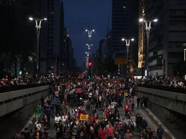 Manifestantes saem da Avenida Paulista em direção ao Largo da Batata neste domingo (Foto: Fábio Tito/G1)
