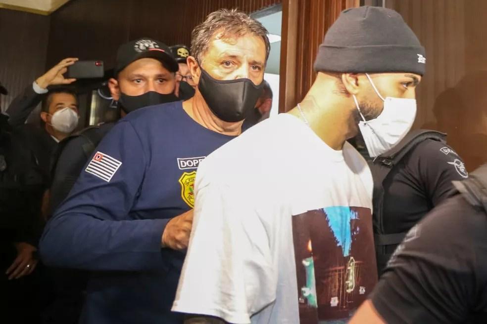 Jogador do Flamengo foi uma das pessoas detidas em ação da Polícia no local  — Foto: Reprodução/TV Globo