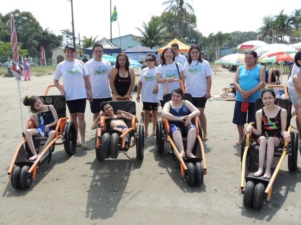 Alunos da Apae de Mogi com as cadeiras anfíbias. (Foto: Pedro Carlos Leite/G1)