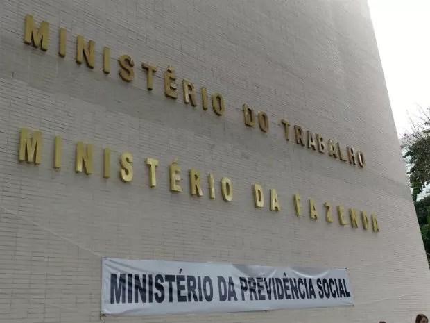Manifestantes penduram faixa na fachada do prédio do Ministério da Fazenda (Foto: Beatriz Pataro/G1)