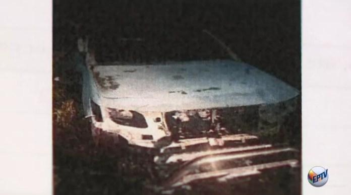 Veículo usado no crime foi achado queimado — Foto: Reprodução / EPTV