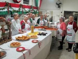 'Mamas' se reúnem para preparar as delícias da culinária italiana servidas durante a festa (Foto: Marcelo Mora/G1)