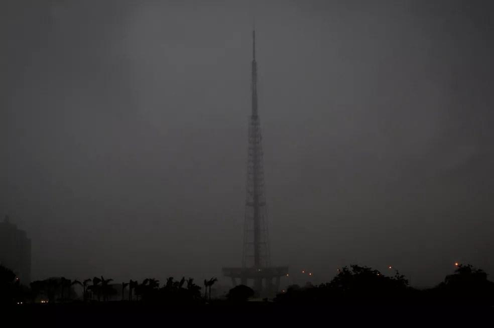 Chuva encobre a Torre de TV, no centro de Brasília, em imagem de arquivo (Foto: Toninho Tavares/GDF/Divulgação)