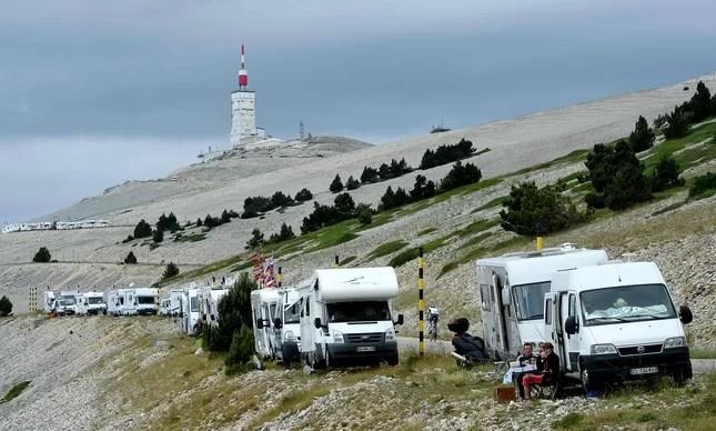 Uma vista do Monte Ventoux, onde motor homes de fãs já estavam à espera dos ciclistas, dois dias antes da etapa prevista para o local