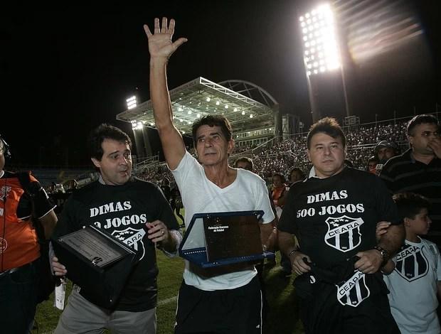 Dimas recebe placa de homenagem aos 500 jogos (Foto: Kiko Silva/ Agênica Diário)