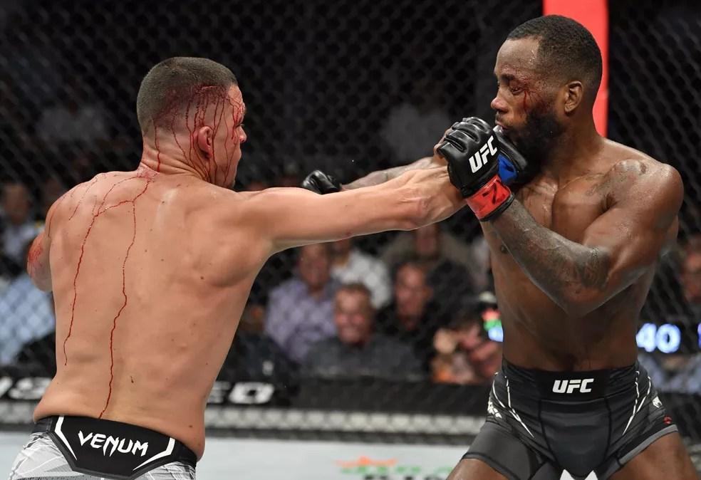 Nate Diaz acerta o golpe que quase nocauteou Leon Edwards no quinto round do UFC 263 — Foto: Getty Images